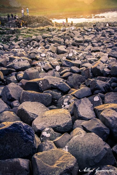 algums pedaços de rocha acabam se desprendendo e acabam ficando com formato mais arredondado pelo desgaste em contato com a água.